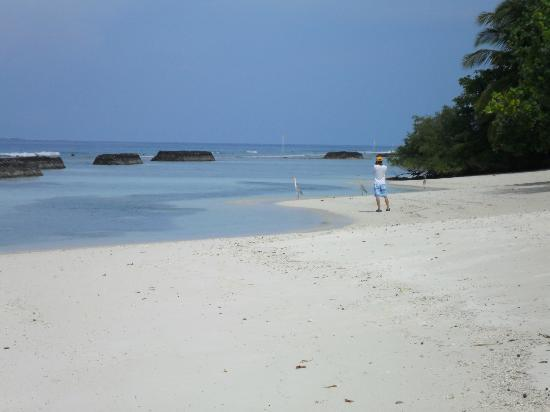 Kuramathi Island Resort: quiet beach