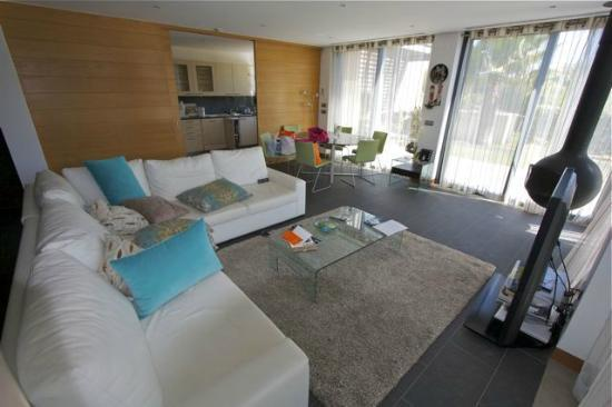 Vale do Lobo Resort : Living room with kitchen in the background