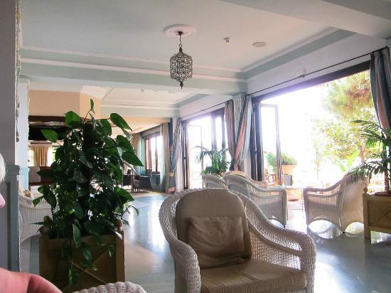 hotel fuerte marbella lounge area
