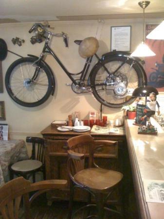 Erm's Csulok & Jazz : Indor decoration with old motorbike.