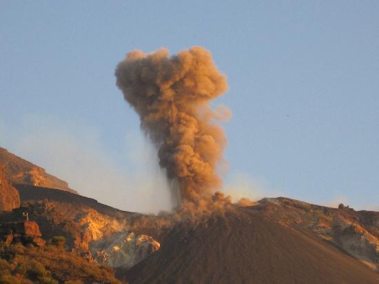 Osservatorio: Esplosione del vulcano vista dai 400 metri