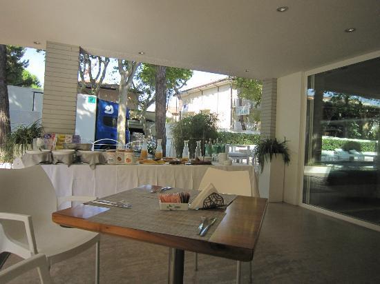 Hotel Prestigio: Il buffet esterno della colazione