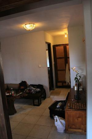 UMAH GRAN GUEST HOUSE: common area leading to bathroom