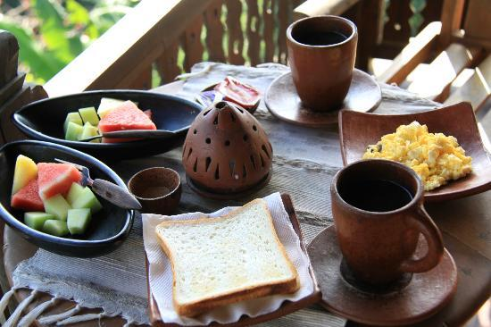 UMAH GRAN GUEST HOUSE: simple breakfast - fruits, toast and fragrant bali coffee