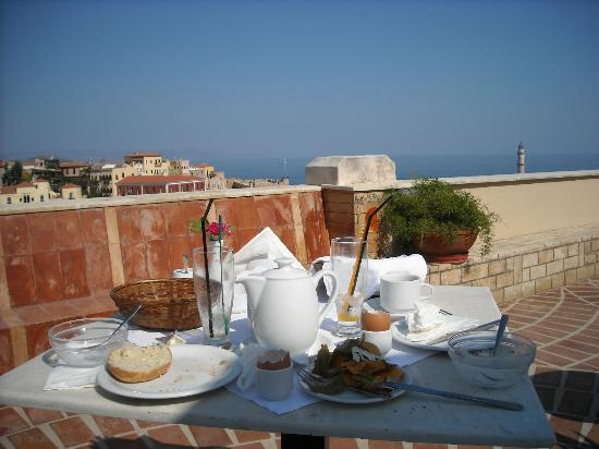 Pandora Suites Hotel: The remnants of breakfast on the terrace