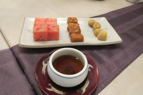 Yongsusan Taepyeongno Store : Dessert - mochi, cinnamon cake and watermelon with plum drink