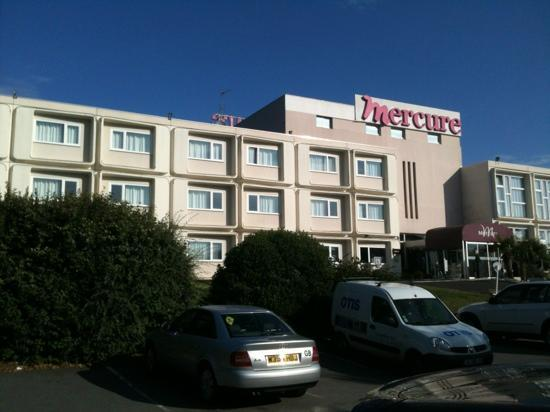Mercure Rouen Val De Reuil: Dated on the outside. Modern on the inside.