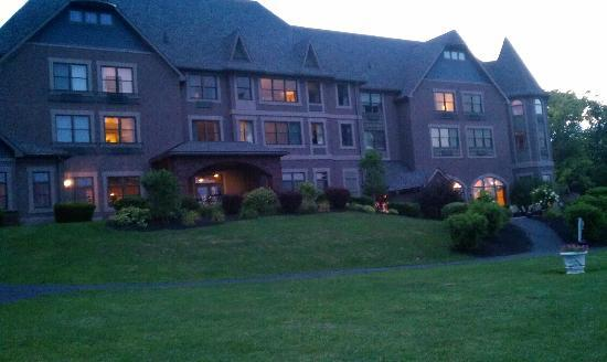 Belhurst Castle: vinifera inn outside