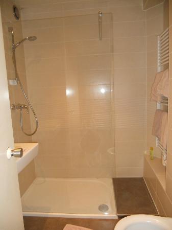 Hotel Frederiksborg: bagno con doccia