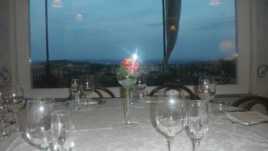 Lu, Italy: La vetrata al tramonto