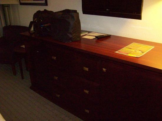 La Quinta Inn & Suites Loveland: Large dresser