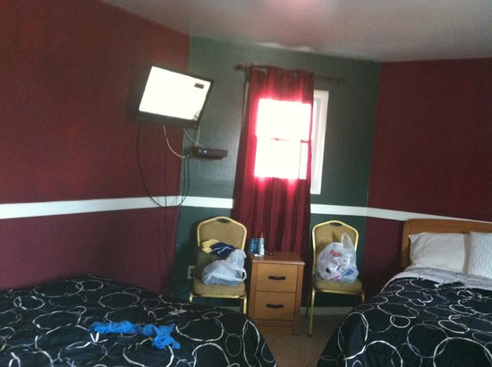 Econo Lodge - Seaside Heights / Toms River: tiny room , no closet or dressers