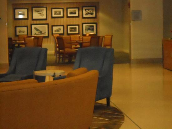 Holiday Inn Express Chicago O'Hare: Lobby and breakfast area in the backgrouund
