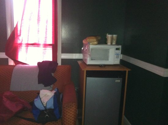 Econo Lodge - Seaside Heights / Toms River: microwave and refrigerator