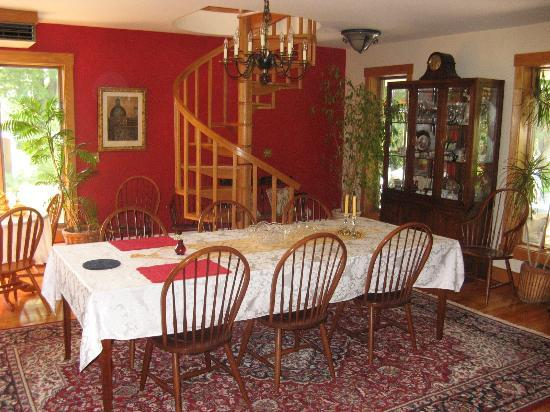 Lake Salem Inn Bed and Breakfast: dining area