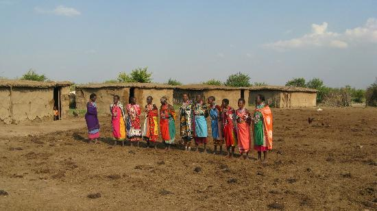 Fig Tree Camp: Maasai women welcoming us