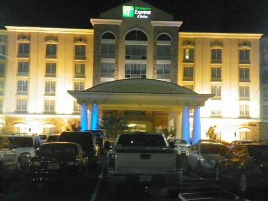 Holiday Inn Express Columbus at Northlake : Beautiful night lights