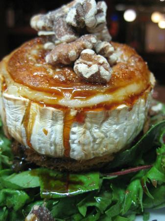 Calabaza: Queso de cabra gratinado con nueces, tomate seco, miel de caña y aceite de hierbas