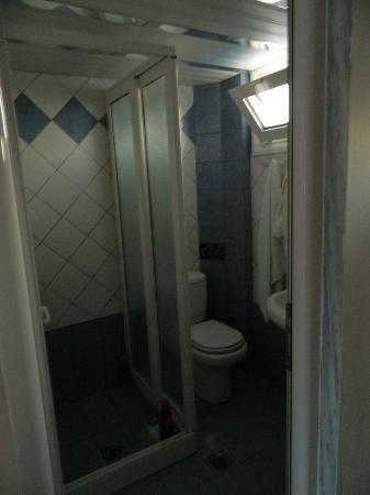 Ξενοδοχείο Royal: Small bathroom, but ok!