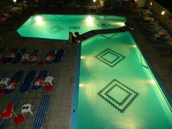 رويال هوتل: Pool night view