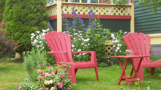 Rothesay House Heritage Inn Bed & Breakfast: Flower garden at Rothesay House