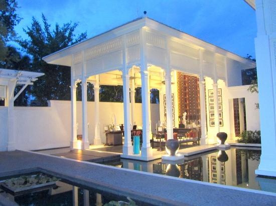 The stand alone 'floating' Reception Arena - Photo de 137 Pillars House Chiang Mai, Chiang Mai ...