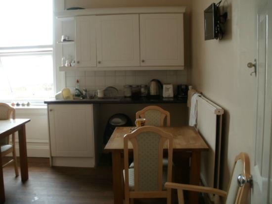 Palatine Hotel Liverpool: kitchen with everything u will need
