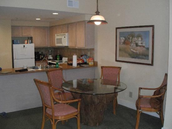 Turtle Cay Resort: Dining and Kitchen areas