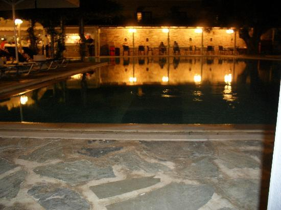 Miramare Hotel: pool and bar area at night