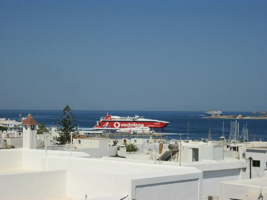 Moschoula Studios & Apartments: A view of the main sea port of Paros from the roof top of Studios Moschoula