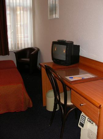 Aris Grand Place Hotel: Desk and TV