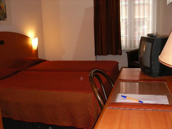 Aris Grand Place Hotel: Room