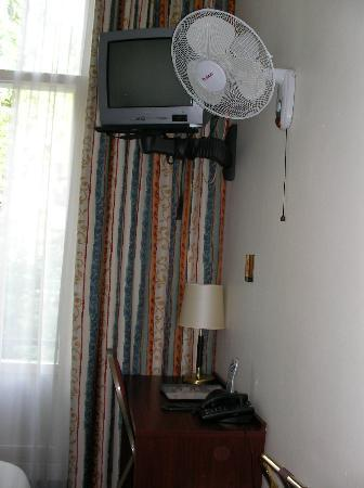 Hotel Alexander: Desk/TV/fan
