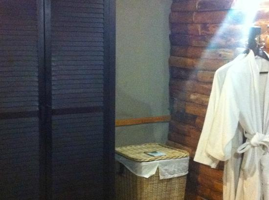 Wilderness Safaris Toka Leya Camp: Closet