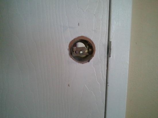 North Shore Lodge: Broken deadbolt in room.