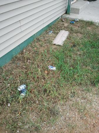North Shore Lodge: Trash and beer cans outside of building
