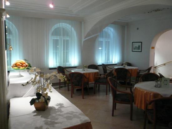 Arthotel ANA Adlon: breakfast room in the evening