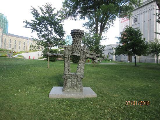 Musée national des beaux-arts du Québec (MNBAQ): Quebec Museum of Fine Arts - Jardim de esculturas Julie e Christian Lassonde.