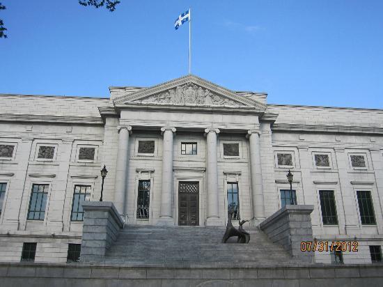 Musée national des beaux-arts du Québec (MNBAQ): Quebec Museum of Fine Arts - Fachada lateral com escultura.