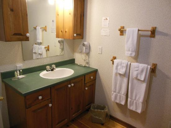 Glen House Resort: Large bathroom