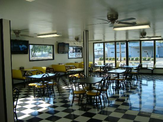Bugsy's Chicago Dogs: Dining room.
