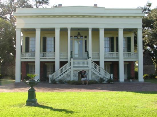 Bocage Plantation: Front yard