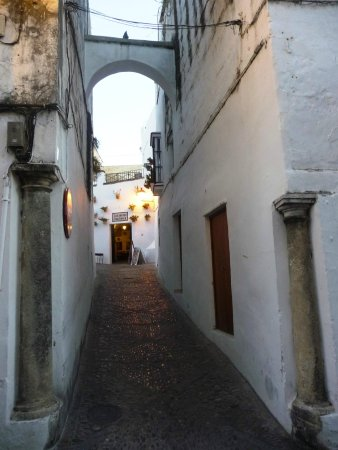 Parador Arcos de la Frontera: Yes, cars do come down here