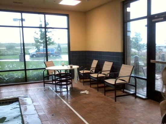 Hampton Inn Minneapolis/Shakopee : Messy pool area