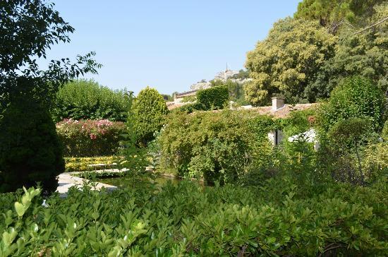 vue des jardins picture of baumaniere les baux de. Black Bedroom Furniture Sets. Home Design Ideas
