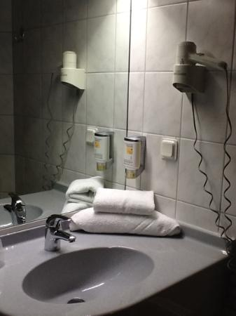 Hotel Montana: une salle de bain simple, mais très propre.
