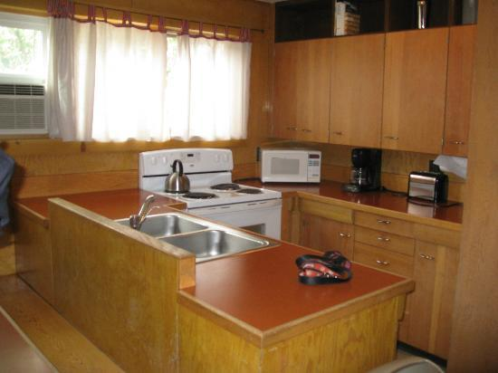 Yellowstone River Motel: kitchen