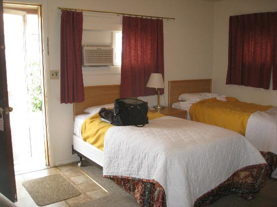 Yellowstone River Motel: Front room, right at entry