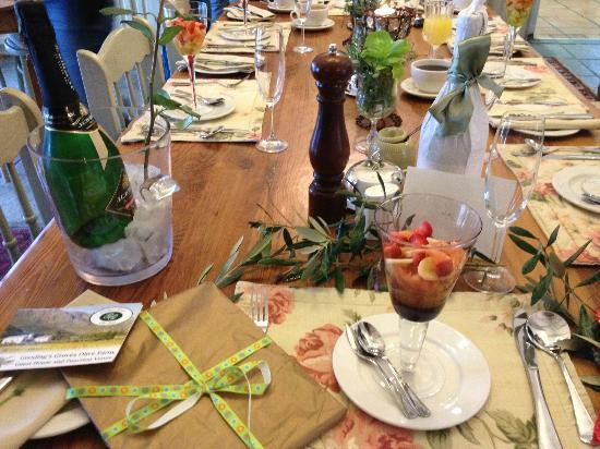 Gooding's Groves Olive Farm & Guest House: Pretty table