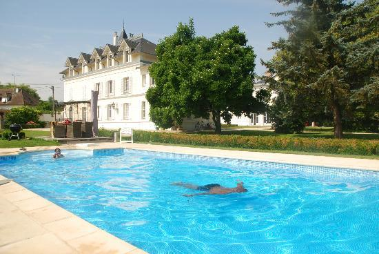 Castel Morin: Main house and pool